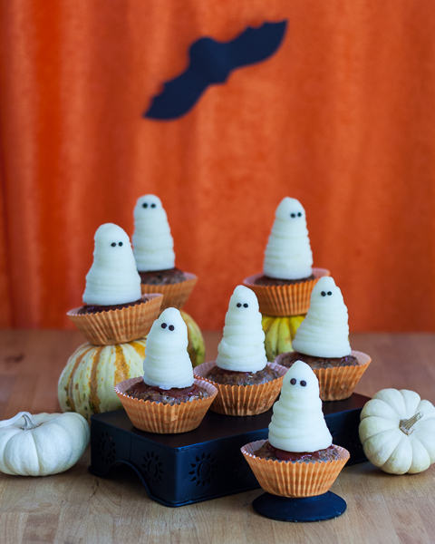 On Halloween, even your food can wear costumes! Serve dessert for dinner this year with these Spooktacular Halloween Meatloaf Cupcakes topped with mashed potato ghosts.