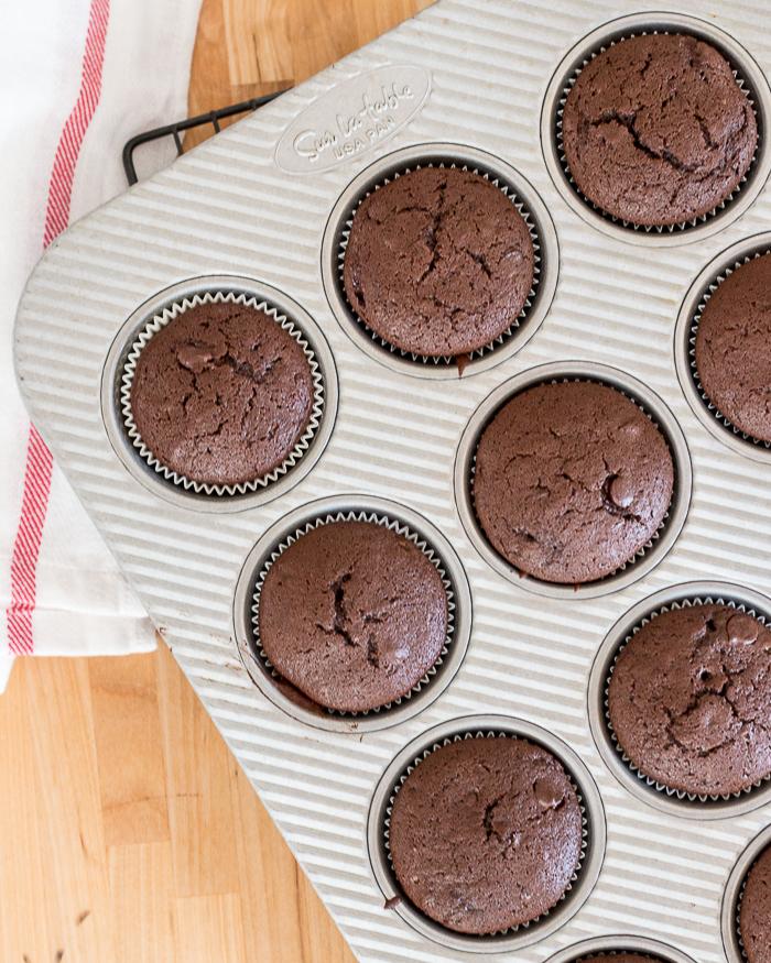 Simple Chocolate Cupcakes with Vanilla Buttercream | Flour Arrangements